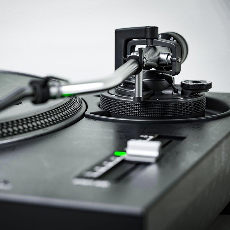 Fotorealistyczna wizualizacja produktu Technics SL-1210 MK2, zbliżenie na ramie gramofonu i suwak pitch do zmiany prędkości talerza gramofonu